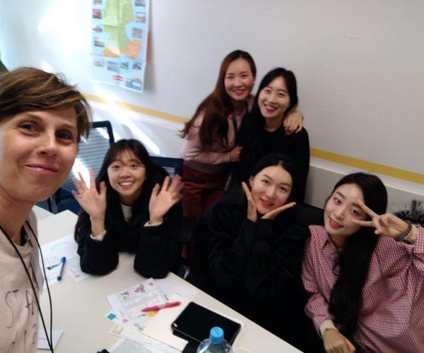 Deutschkurs bei Lufthansa für koreanische Flugbegleiter*innen