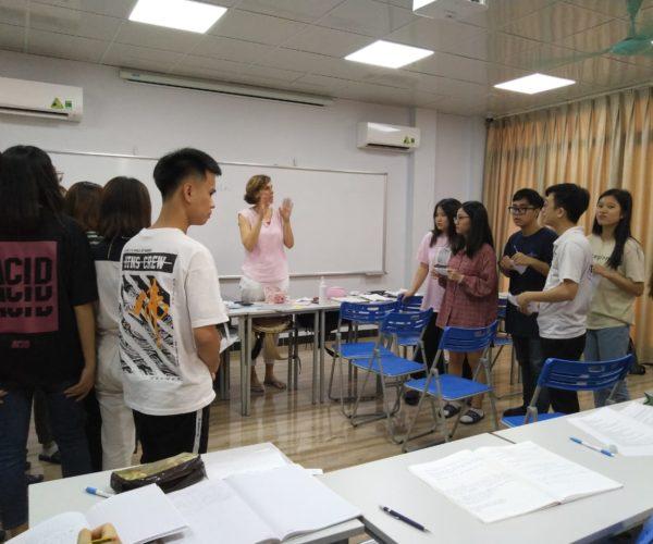 Bemutató óra egy B1-es tanfolyamon egy hanoi-i nyelviskolában